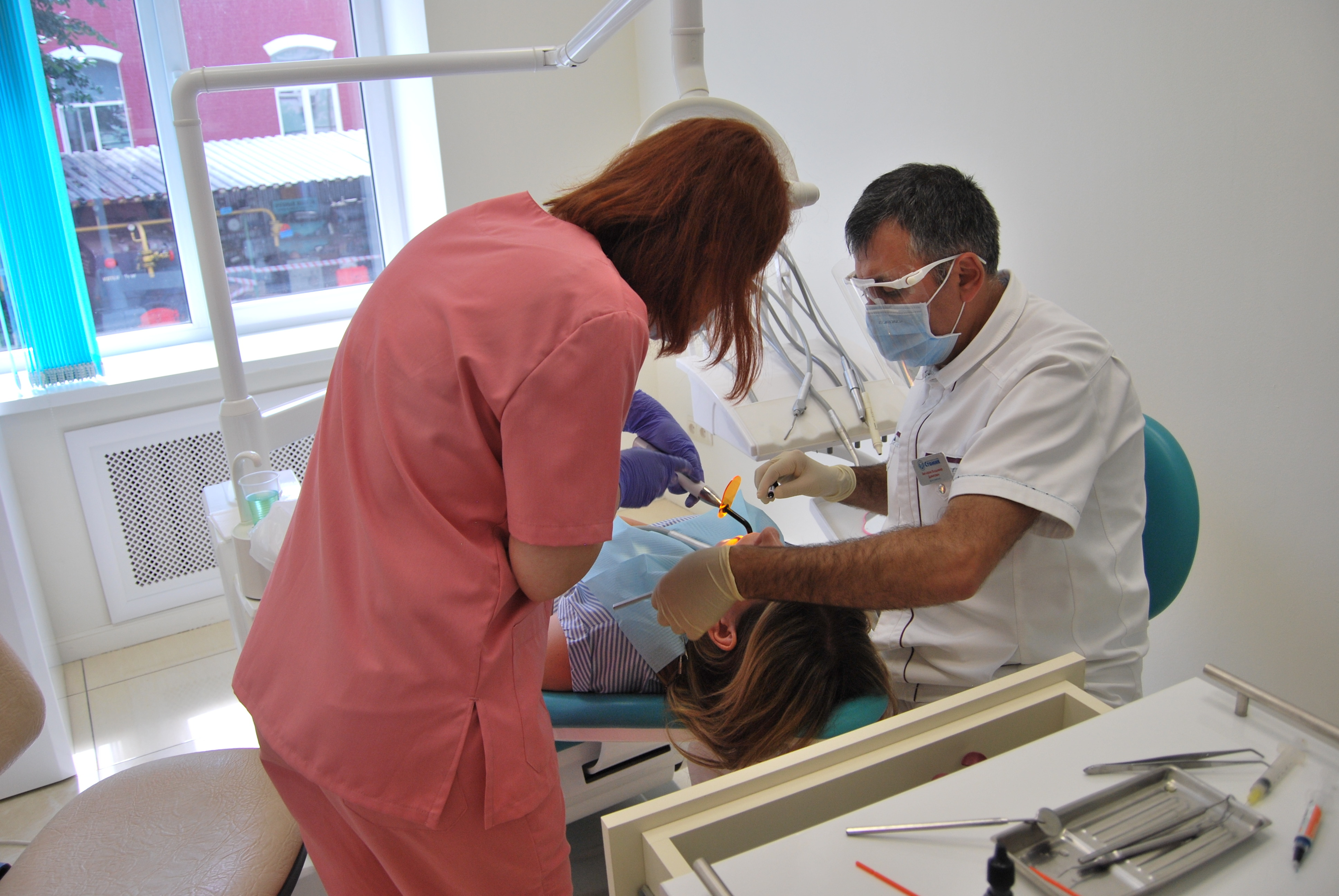 Установка металлокерамического протеза на зуб