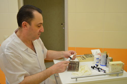 Протезирование зуба, установка металлокерамической коронки